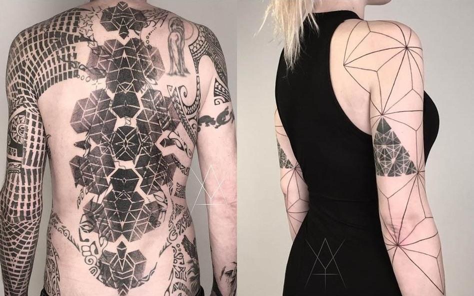 Grand tatouage visible au design minimaliste et geometrique en noir